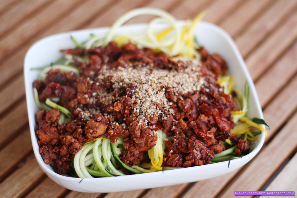 zucchinispaghetti mit veganer bollo