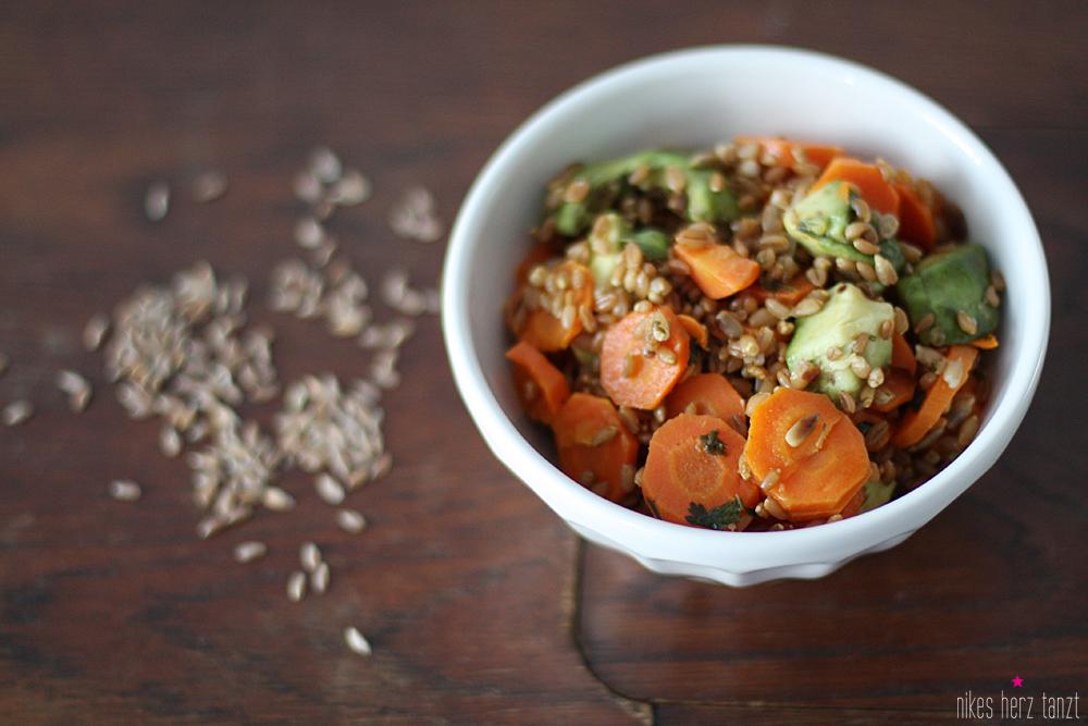 warmer salat mit emmer, avocado & möhren.