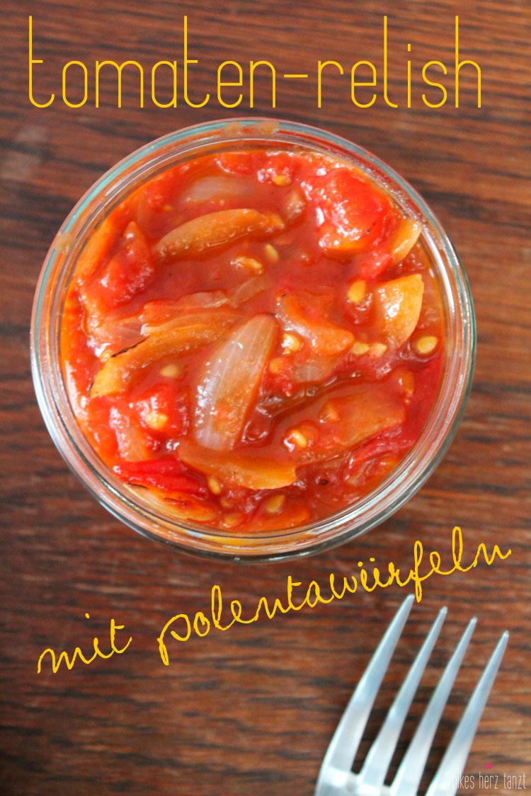 tomaten-relish mit polentawürfeln.