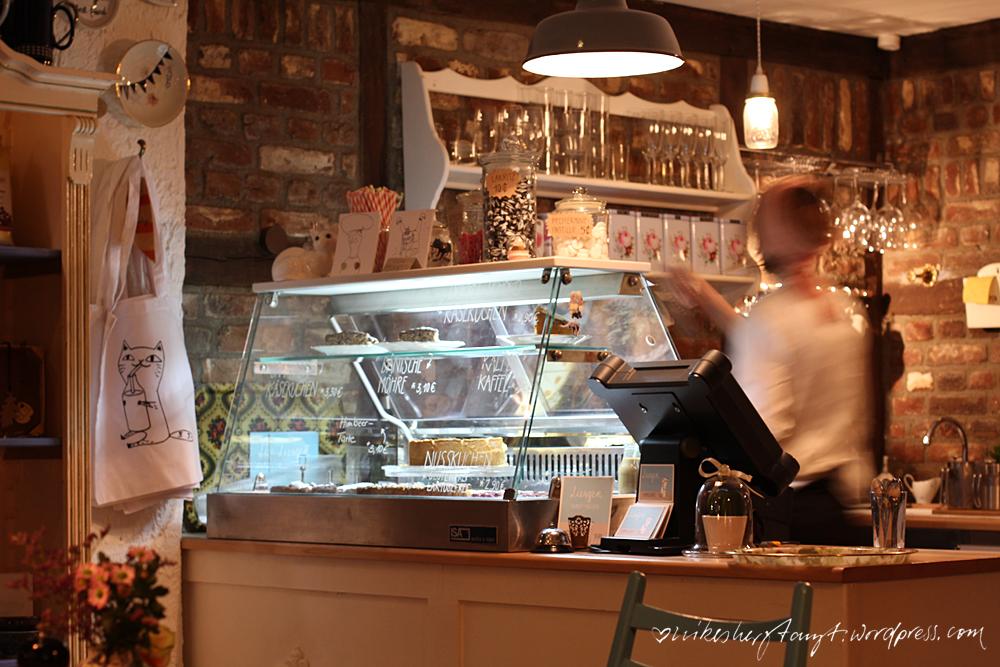 die kuchentheke des gemütlichen café liesgen. kunst und kuchen in krefeld
