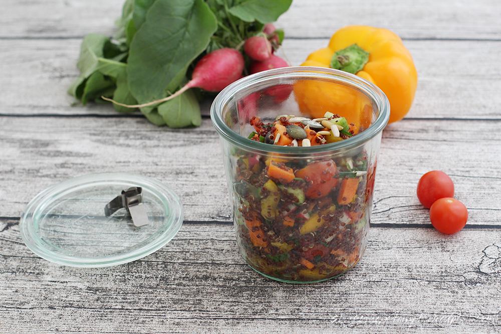 mittwochsbox, leckerbox, roter quinoa salat mit kürbiskernöl, im glas, nikes herz tanzt