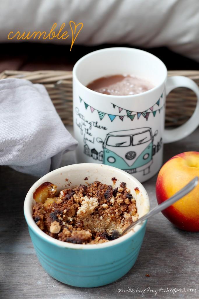 pfirsich nektarinen crumble mit rosmarin und holunderblütensirup, vegan & glutenfrei, nikes herz tanzt