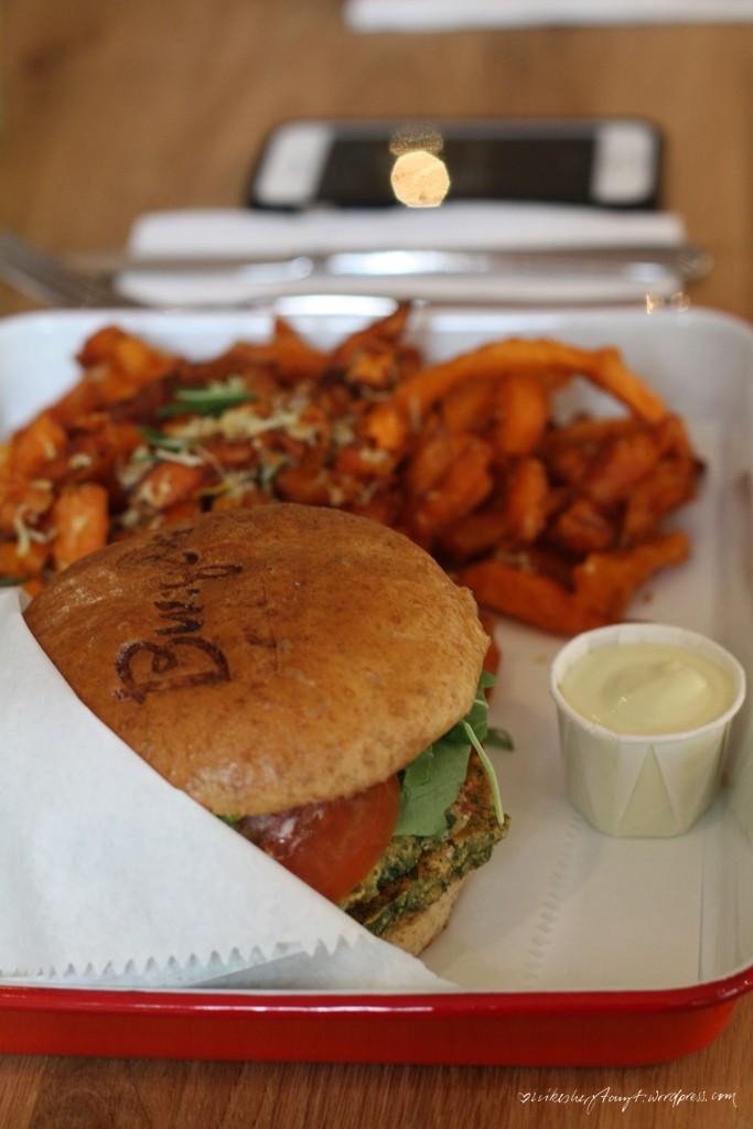 burge®s, burgers, krefeld, neumarkt, burger, restaurant, auswärts essen, veggieburger, süßkartoffel fritten, craftbeer, nikesherztanzt