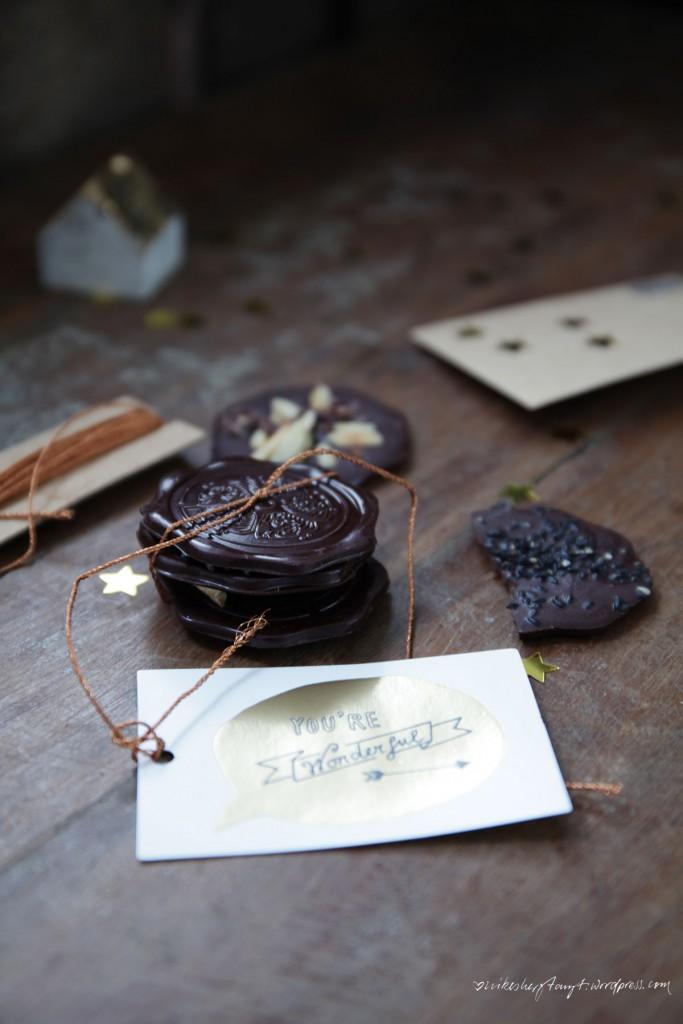 choqlate, vegane schokolade selbermachen, weihnachtsschokolade, spekulatius, mandeln, sesam, nikesherztanzt