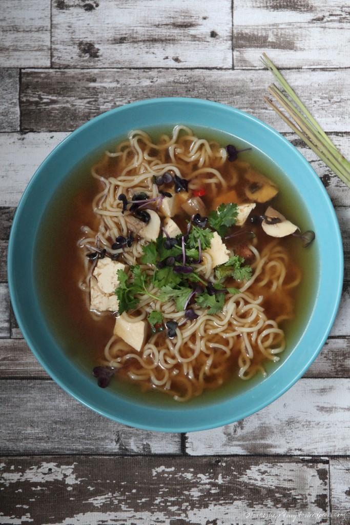 miso bowl, miso suppe, soup, soulfood, frühstück, tofu, koriander, chili, champignons, mie noodles, vegan, nikesherztanzt