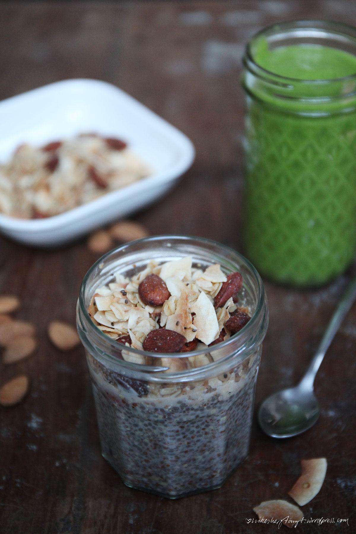 kokos mandel granola, iquitsugar, zuckerfrei, frühstück, sarah wilson, frühstücksglück, grüner smoothie, chiasamen, superfood, kokoschips, kokosöl, mandeln, haferflocken, müsli, nikesherztanzt