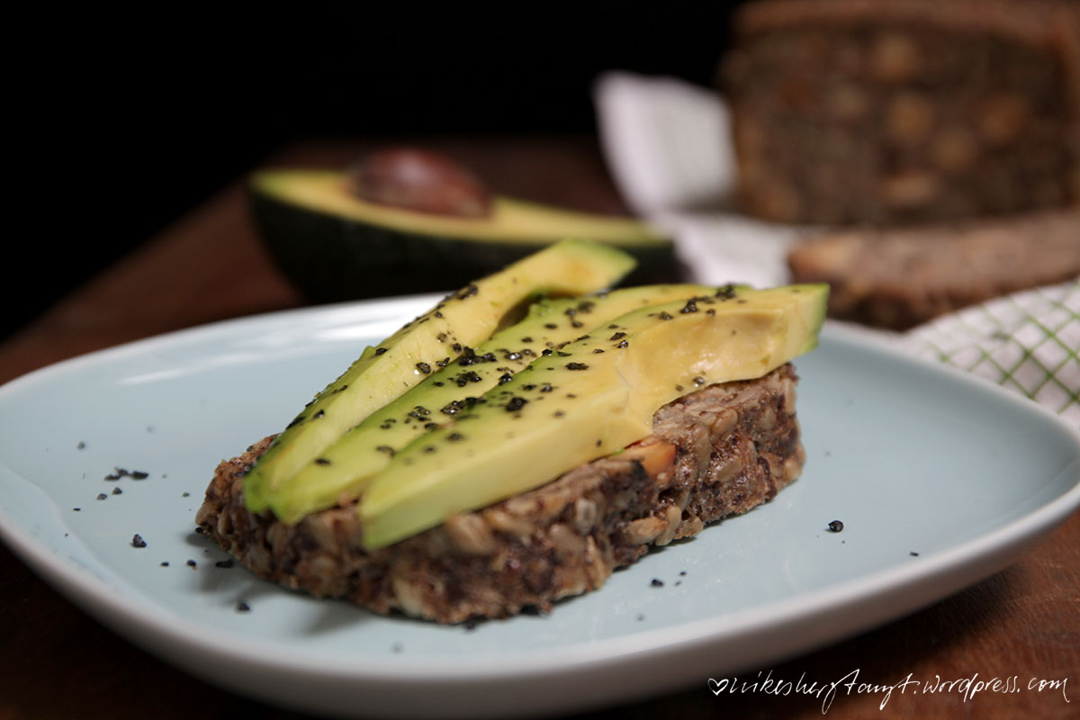 lifechanging bread, körner, brot, vegan, brotzeit, cleaneating, nikesherztanzt, avocado, avocadobrot