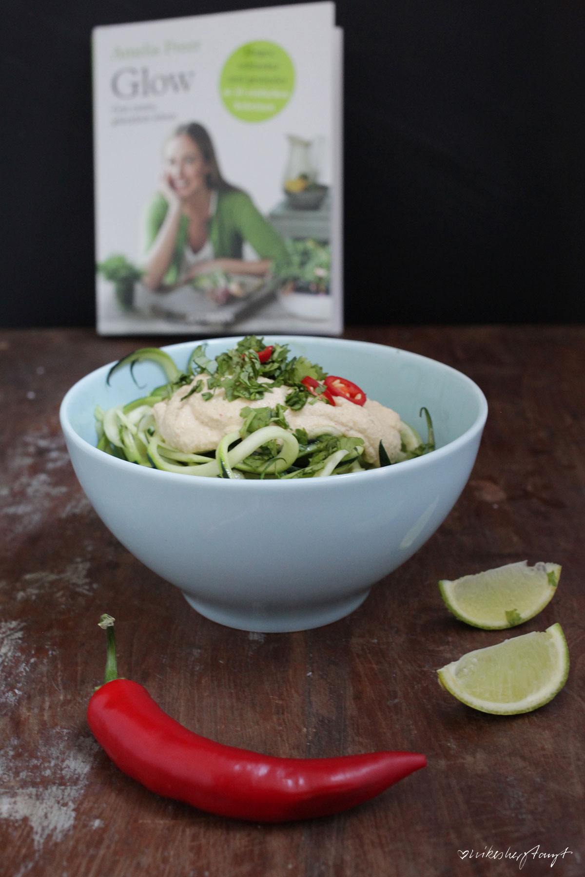 cremige thaisauce, glow, zucchini spaghetti, amelia freer, gut essen, clean eating, vegan, vegan food, food blog, nikesherztanzt