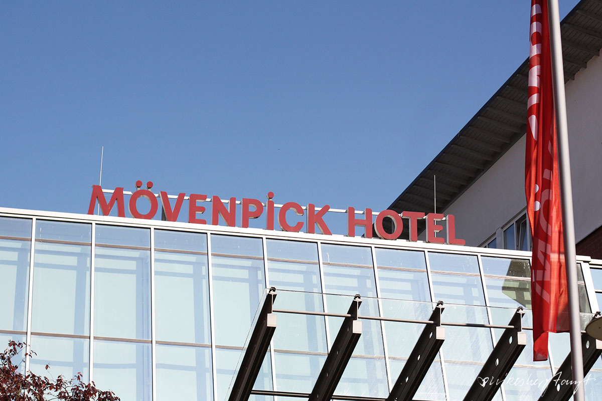 sonne satt & himmelblau vorm mövenpick hotel in münster