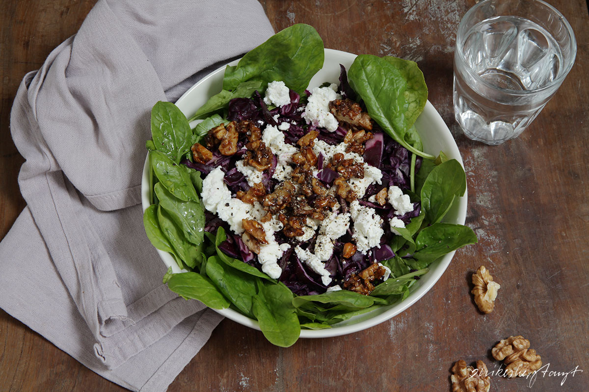 spinatsalat mit rotkohl, schafskäse & karamellisierten walnüssen, nikesherztanzt, food, blog, veggie