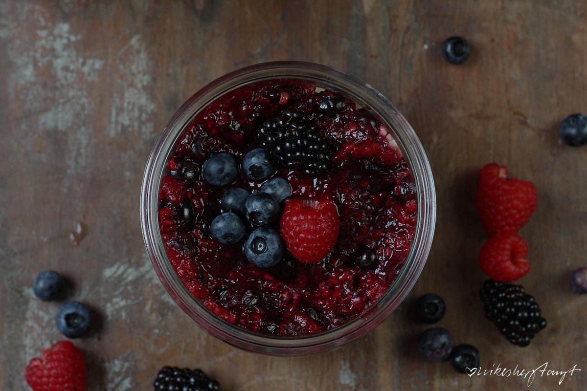 veganer milchreis mit hafermilch und beerenmus, heidelbeeren, blaubeeren, himbeeren, brombeeren, zuckerfrei, healthy, vegan, food, blog, nikesherztanzt
