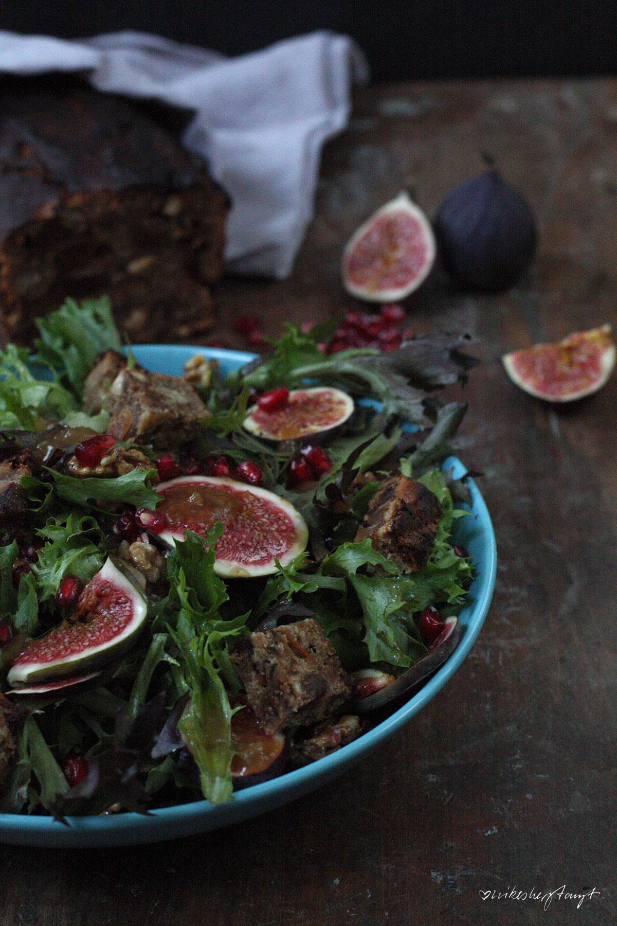 grüner salat, frische feigen, karamellisierte walnüsse, granatapfelkerne, früchtebrot, food, blog, vegan, nikesherztanzt