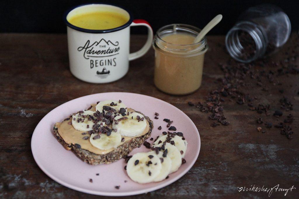 lifechanging bread mit erdnussmus, banane & kakaonibs
