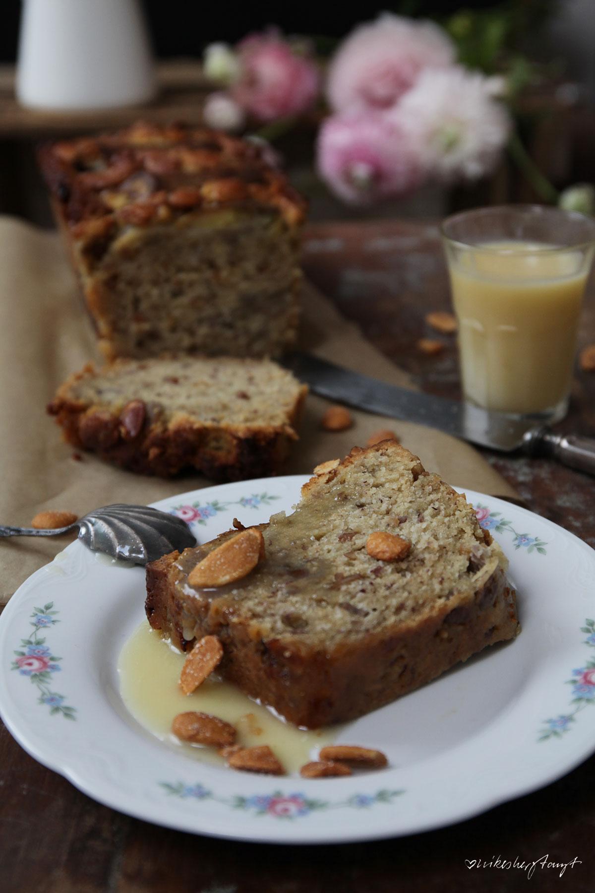 bananenkuchen mit salzkaramell und mandeln, zucker zimt und liebe, backbuchliebe, jeannys lieblingskuchen