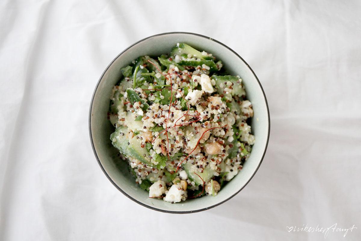 gurkensalat mit gerösteten kichererbsen, feta und limetten-koriander-dressing // nikesherztanzt
