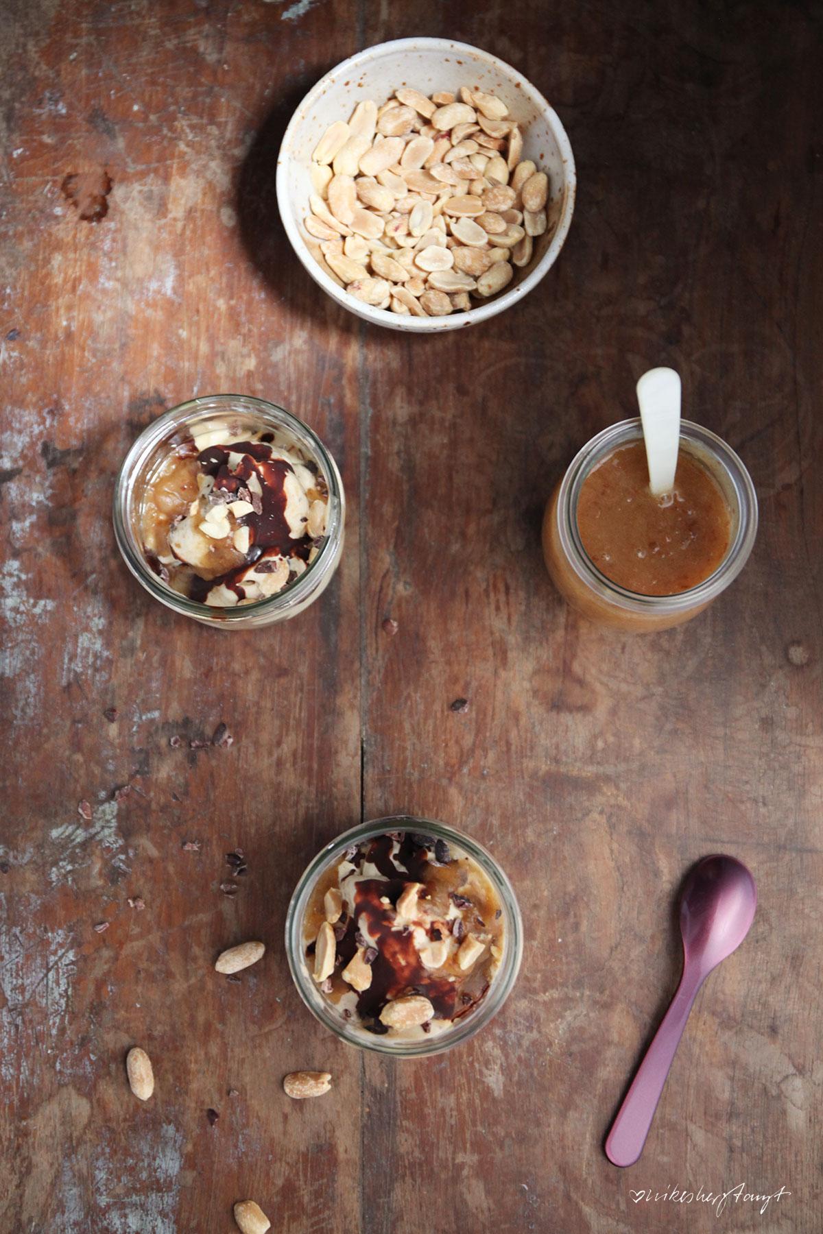 banana (n)icecream, gesalzenes dattel,karamell, erdnüsse, schokosauce, vegan, eiszeit, nikesherztanzt
