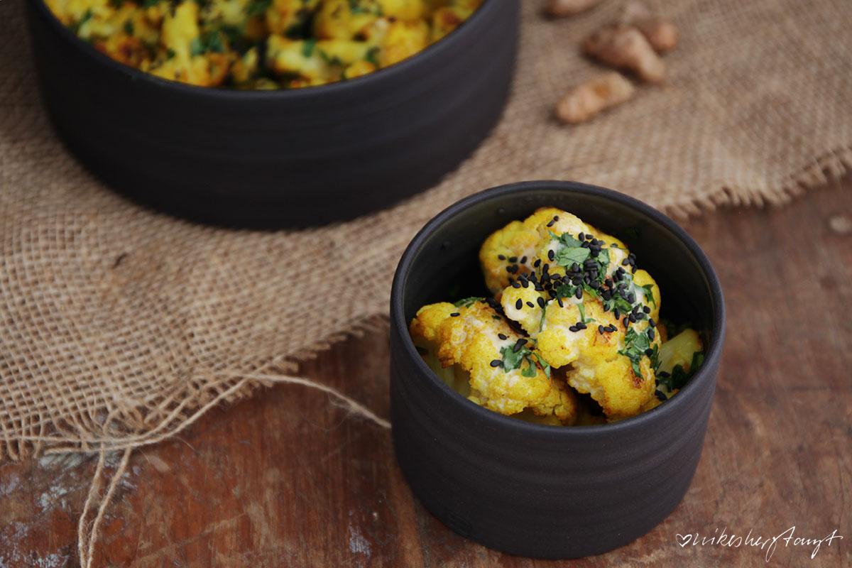 kurkuma-blumenkohl mit tahini dressing in feiner keramik von kaas + heger