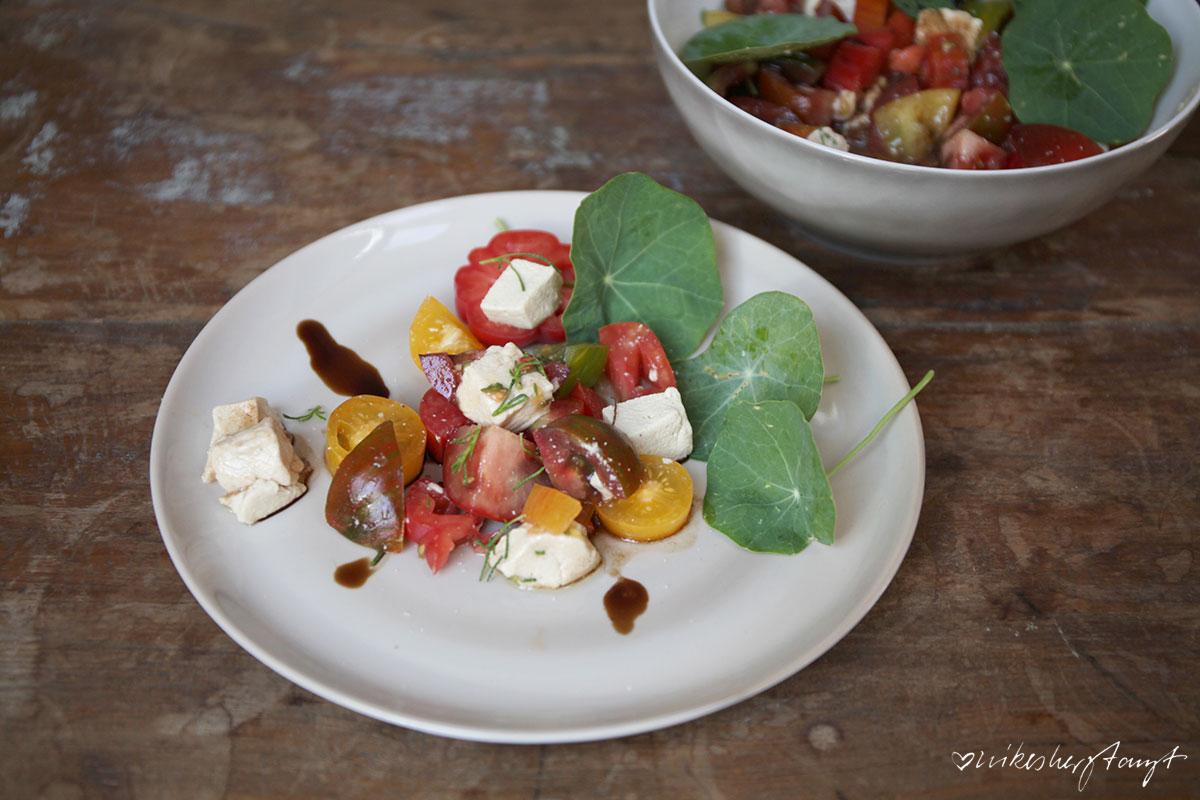 veganer mozzarella mit tomate, kapuzinerkresse und olivenkraut //nikesherztanzt