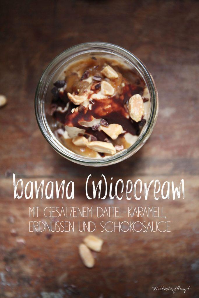 banana nicecream mit gesalzenem dattel-karamell, erdnüssen und schokosauce. // nikesherztanzt