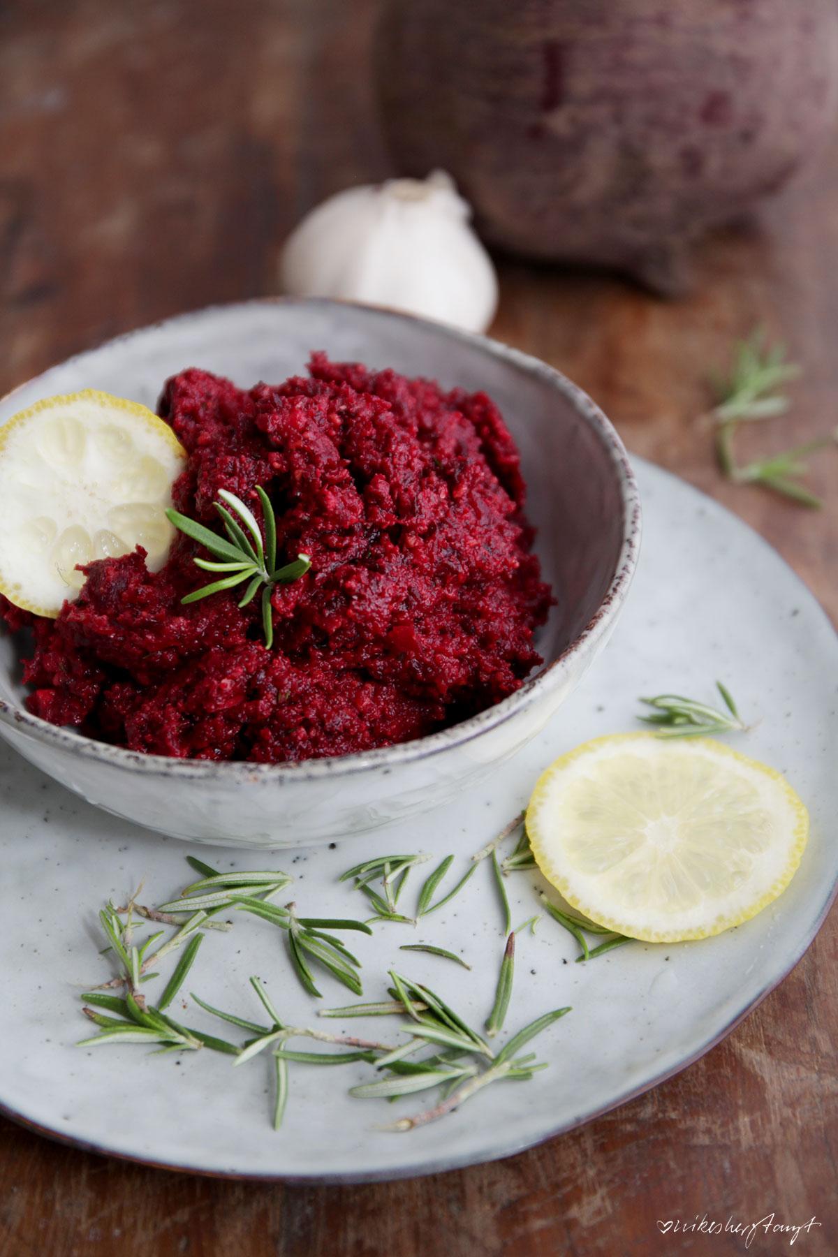 rote bete pesto mit haselnüssen und rosmarin // nikesherztanzt