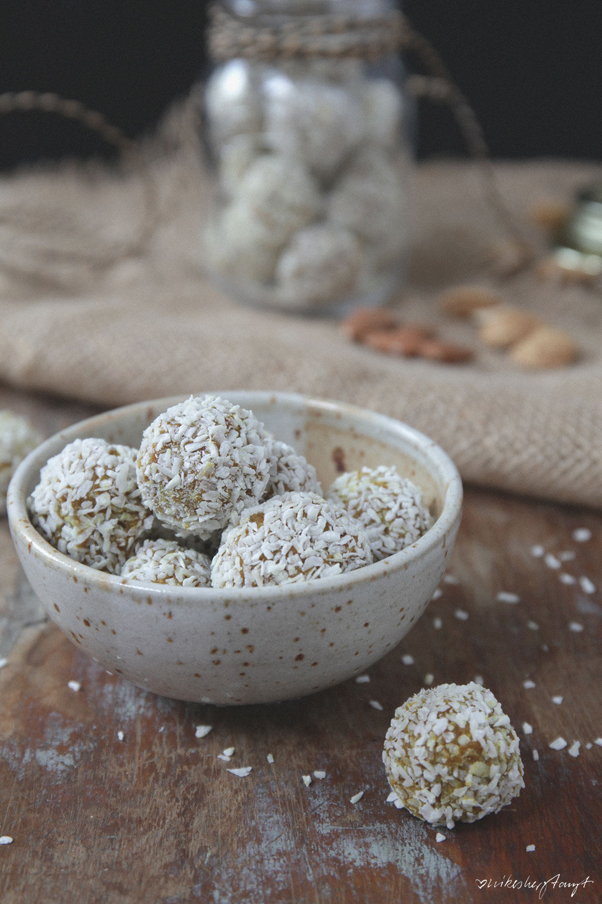 kurkuma energy balls, vegan, raw, bliss balls, golden balls, nikesherztanzt