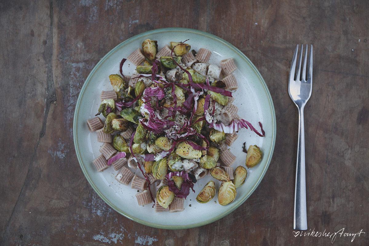 Einkornpasta mit geröstetem Rosenkohl & Radicchio und Zitronen-Tahine-Sauce, vegan // nikesherztanzt