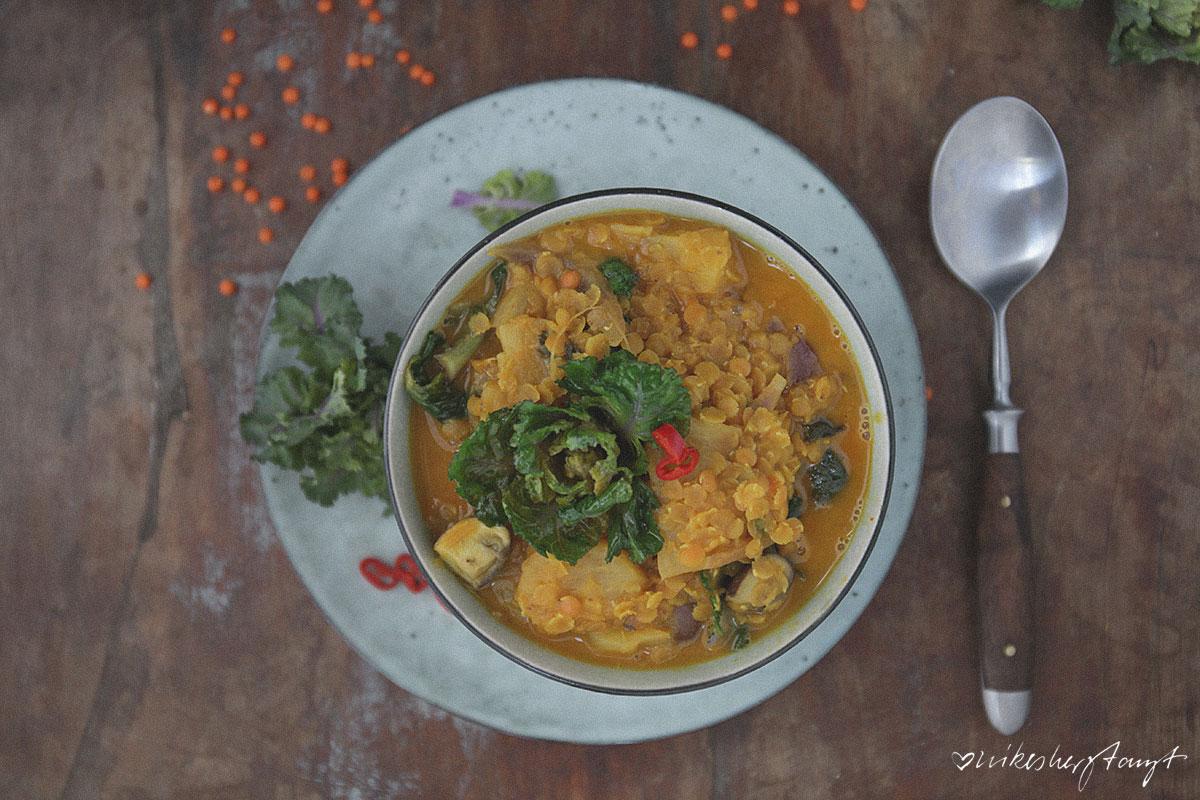 veganes gelbes curry mit ananas, linsen und flower sprouts. // nikesherztanzt