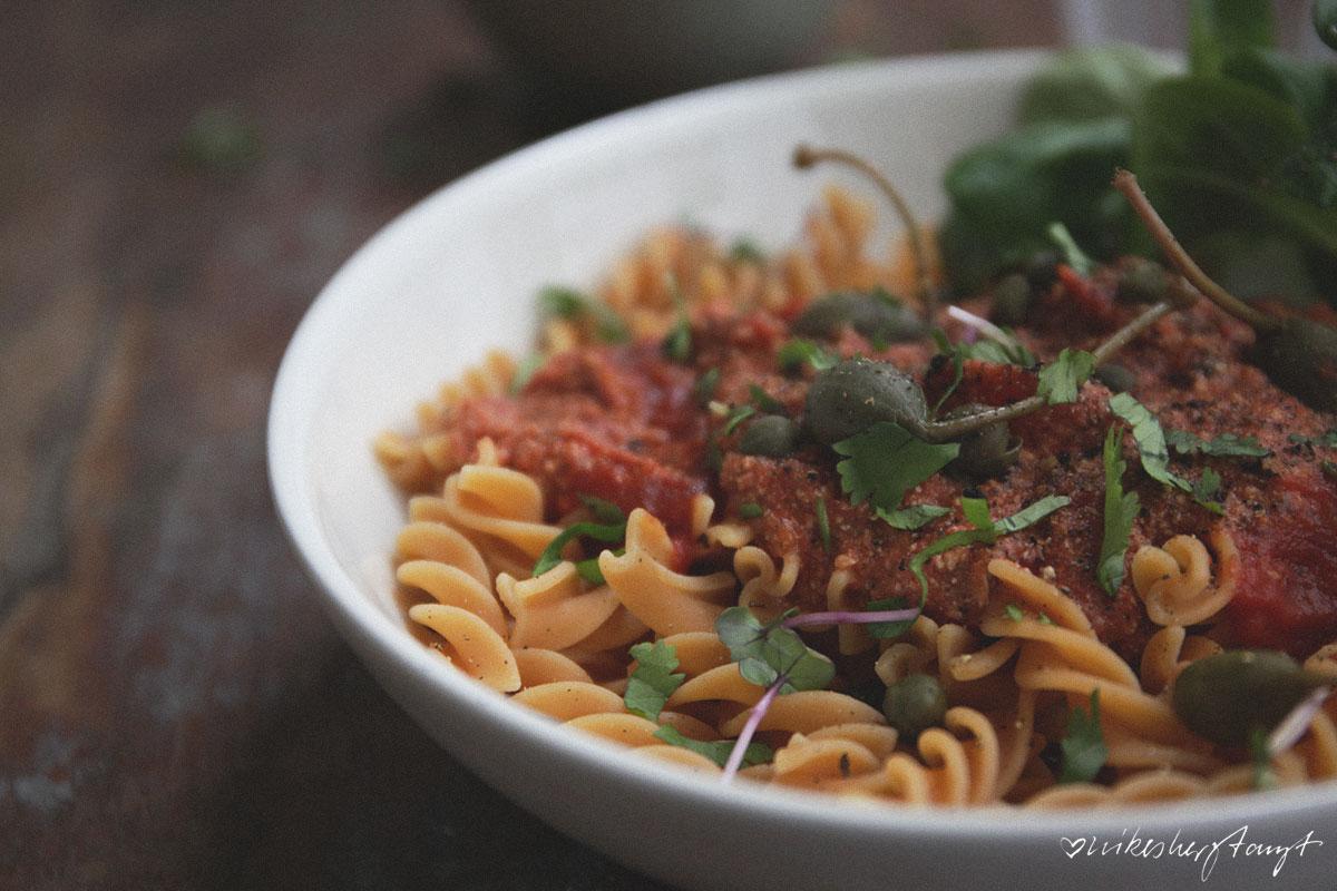 "kichererbsenpasta mit veganer ""tuna"" tomatensauce. // nikesherztanzt, #alleliebenpasta"