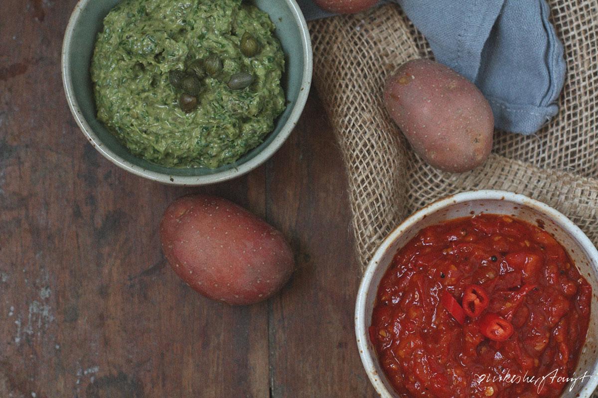 Papas Arrugadas con Mojo Roja & Mojo Verde - Kanarische Runzelkartoffeln mit Salzkruste. // nikesherztanzt