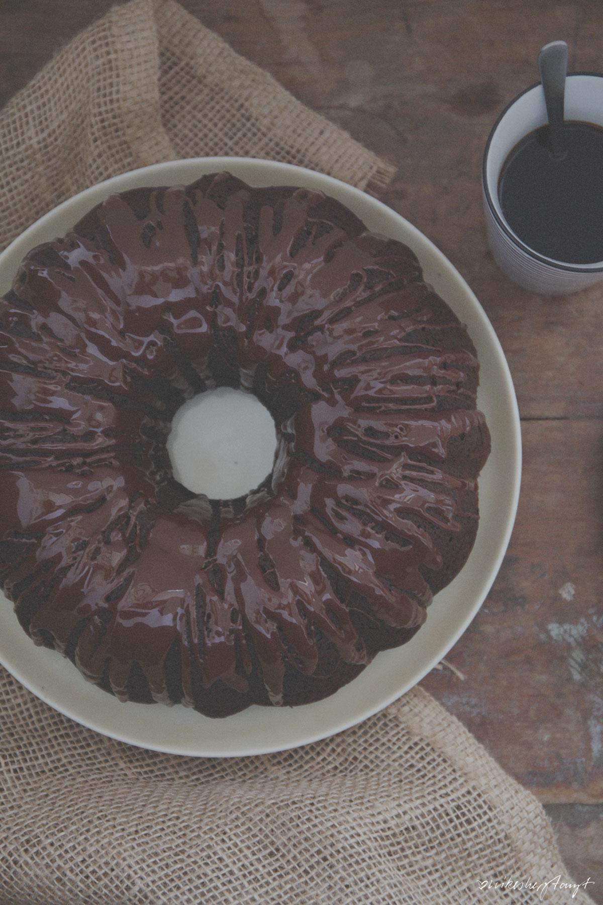 veganer schokoladenkuchen mit roter bete. // nikesherztanzt