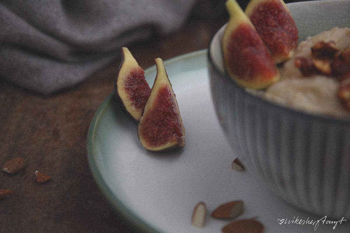 dinkelgrießbrei mit apfelmus und karamell-mandeln. // nikesherztanzt