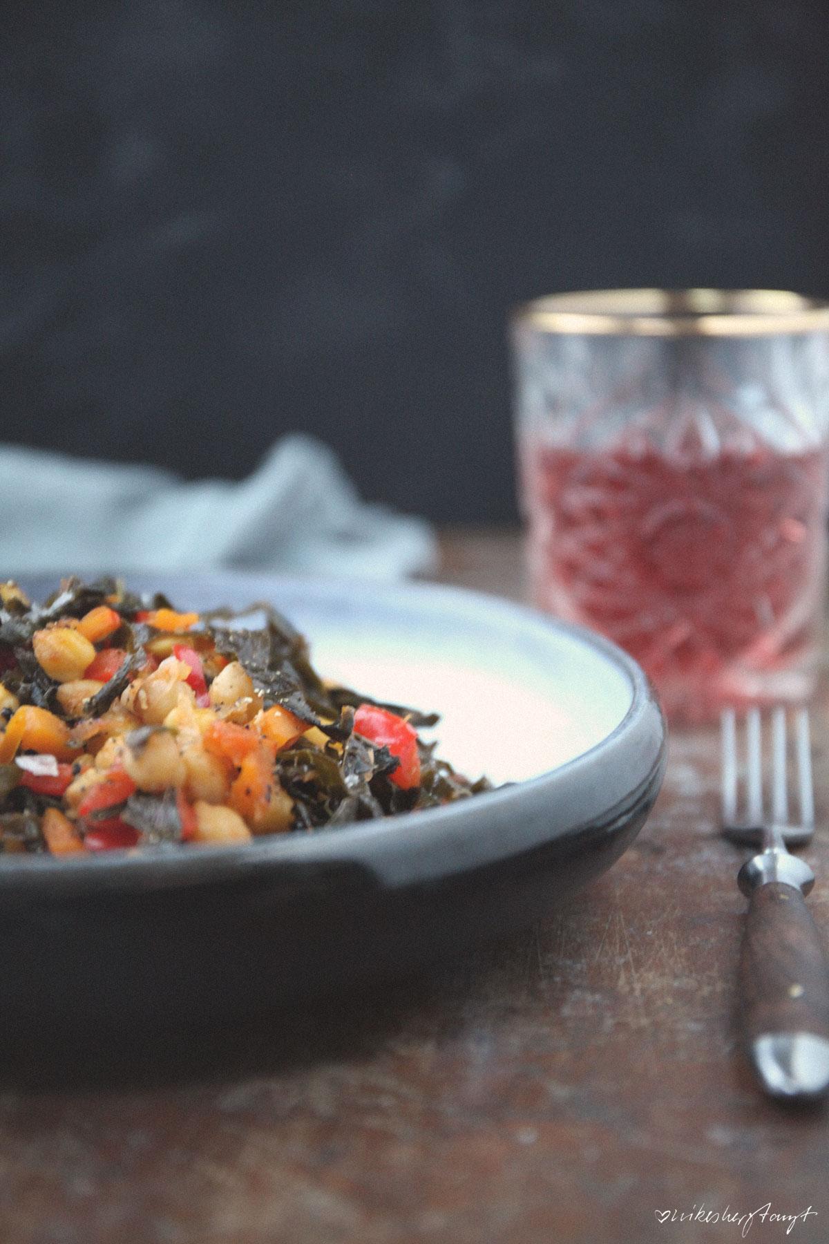 köstliche vegane gemüsepfanne mit schwarzkohl, paprika, kürbis und kichererbsen // nikesherztanzt
