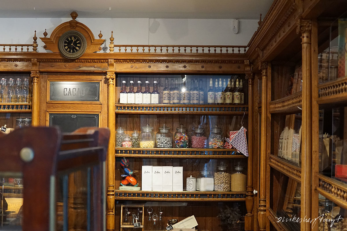 Altes Verkaufsregal im Kölner Scholadenmuseum